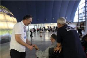 Visita solidaria al Planetario de Huesca gracias a veinte voluntarios.