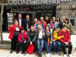 Jóvenes de Down Huesca muestran en Binéfar sus proyectos de vida independiente y creación literaria.
